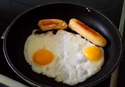 karamellisierte Bratbanane mit Spiegelei